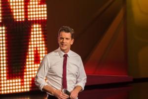 Markus Lanz begrüßt seine Gäste kurz im Warum Up vor der Sendung
