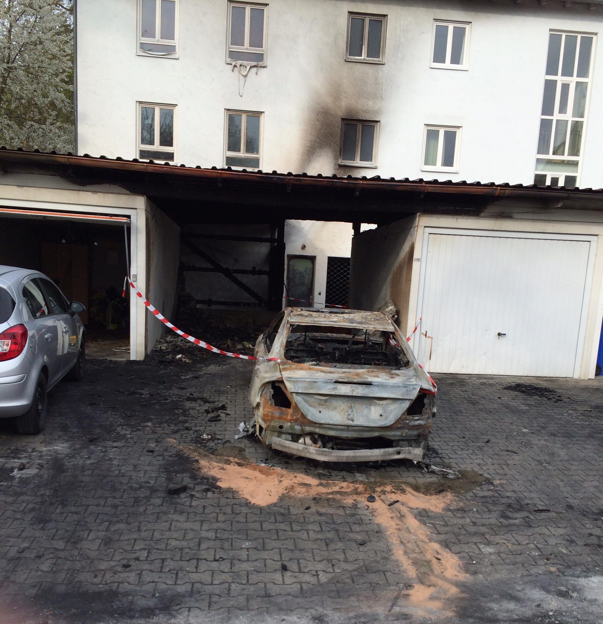Niederbayern: Auto brennt vollkommen aus 1