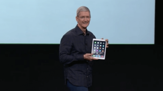 Tim Cook mit dem iPad Air 2