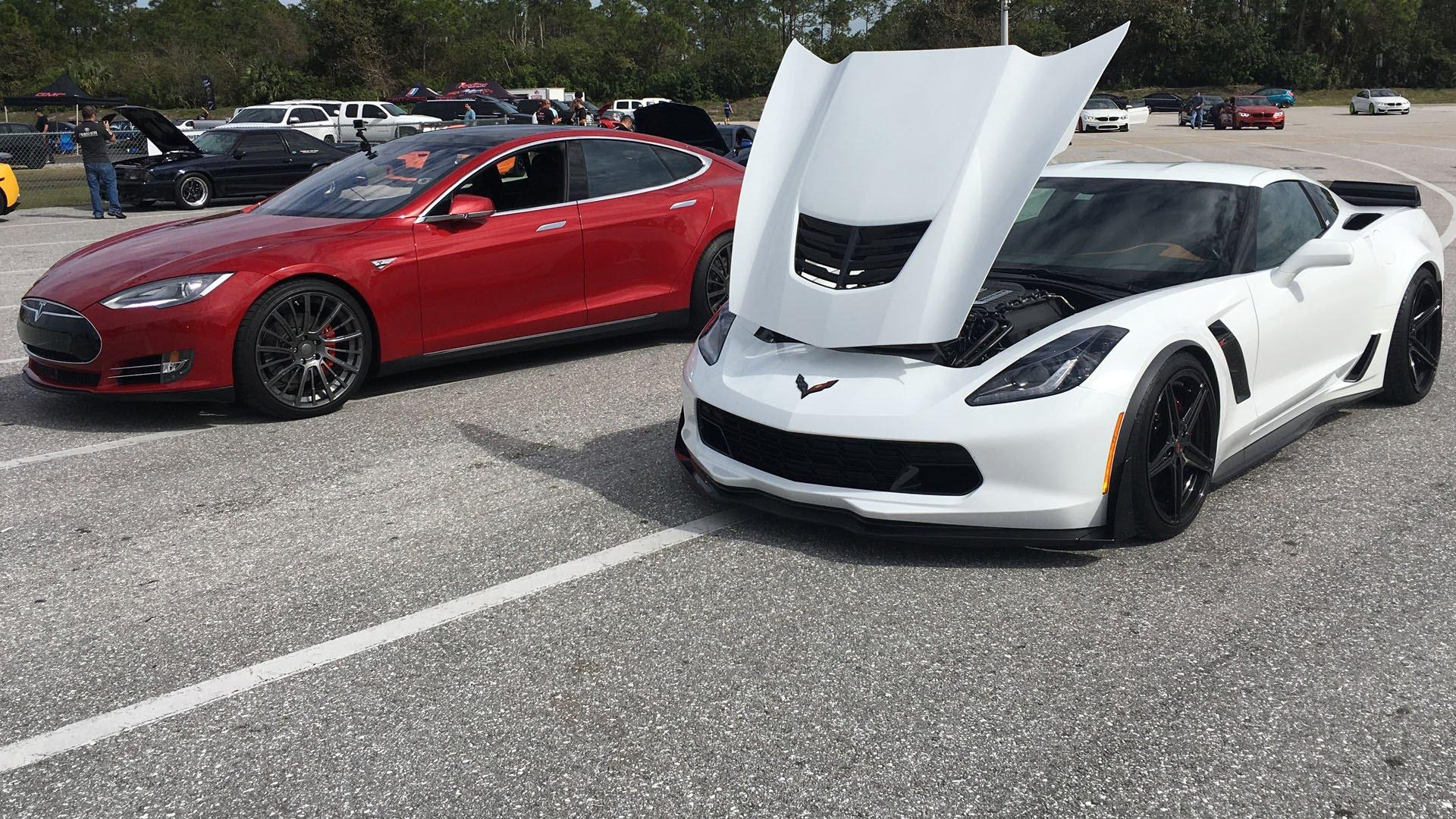 Drag Race: Tesla Model S P90DL gegen Corvette Z06 1