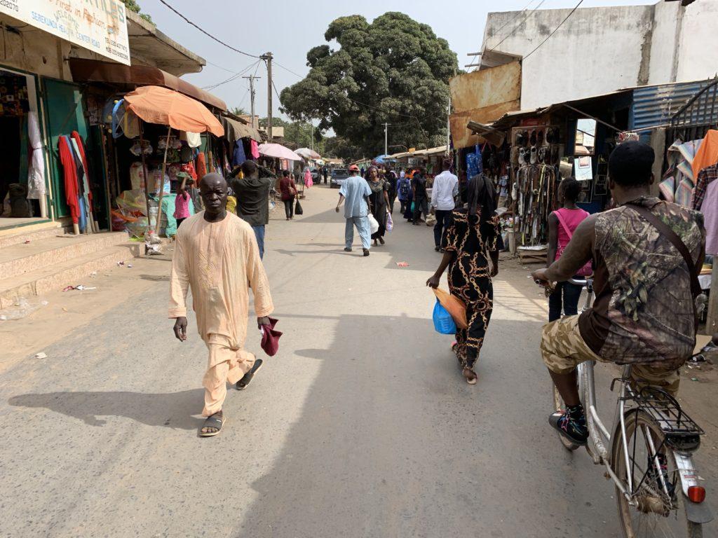 Hier zu sehen ist Serekunda, die größte Stadt Gambias, ein ganz spezieller Ort.